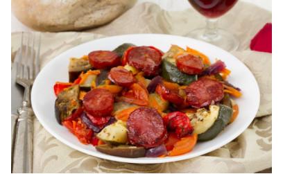 Маринованные овощи на гриле с колбасками